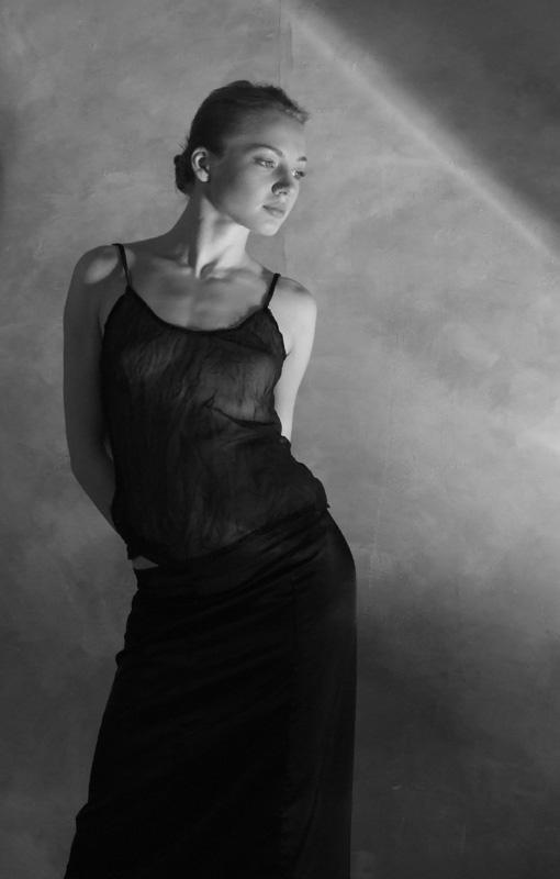 "фото ""Глядя на свет.."" метки: портрет, черно-белые, женщина"