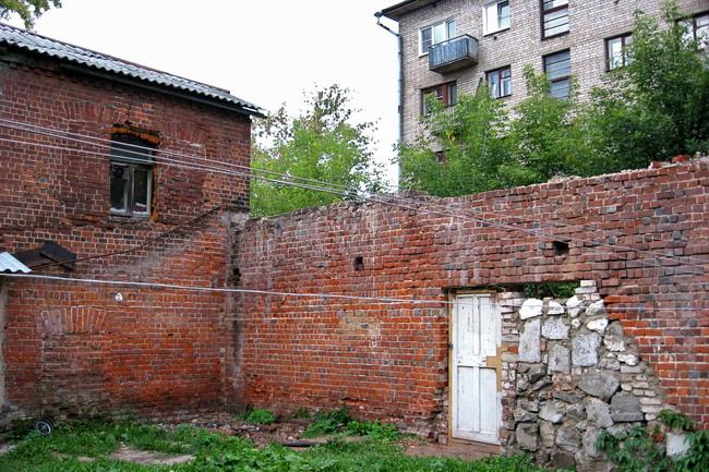 """фото """"Красное и серое. Маленькая деревянная дверь в стене"""" метки: архитектура, город, пейзаж,"""