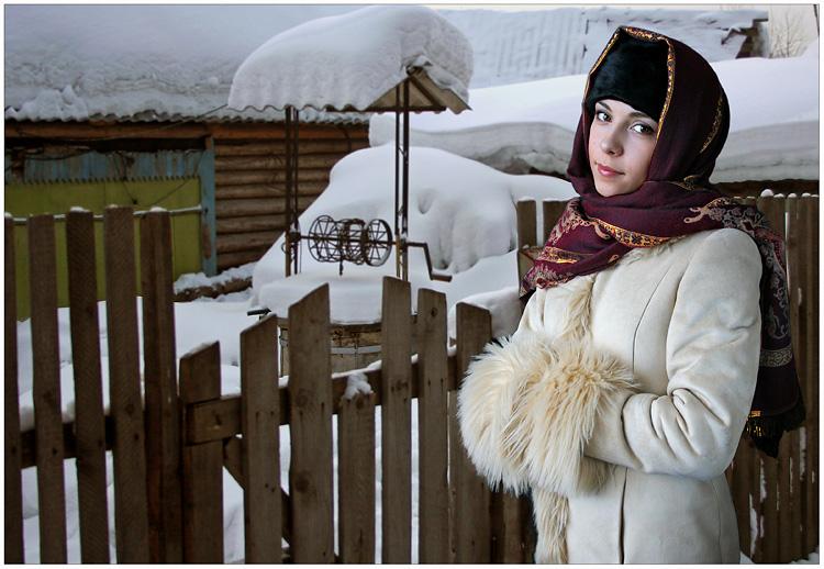 """фото """"У калитки"""" метки: портрет, пейзаж, горы, женщина"""