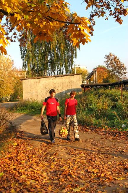 """фото """"Осенний урбанизм. Мальчики с яблоками."""" метки: пейзаж, город, осень"""