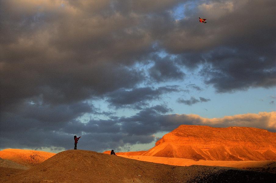 "photo ""Kite flyers"" tags: landscape,"