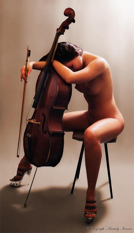 Голая девушка со скрипкой фото