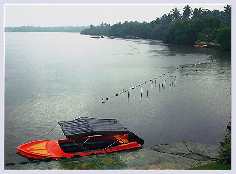 аргировы лодка под дождем