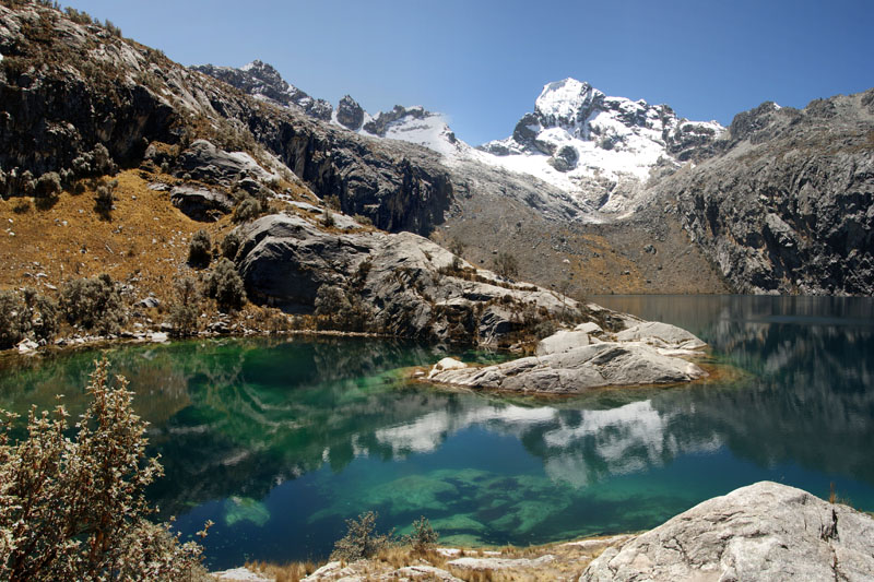 "фото ""The reflection of Churup Mountain in the blue green rich color of Churup Lake, Cordillera Blanca"" метки: пейзаж, путешествия, Южная Америка, горы"