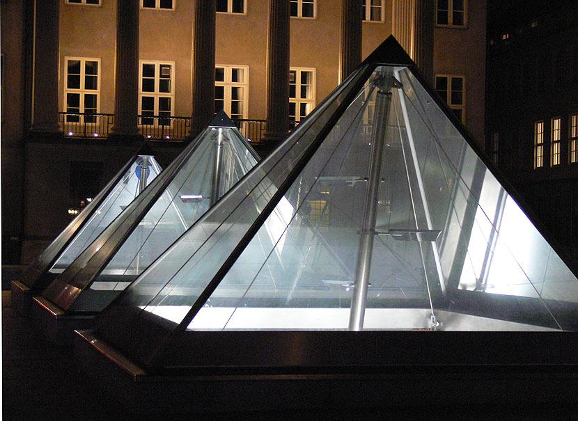 "photo ""Pyramids"" tags: landscape, architecture,"