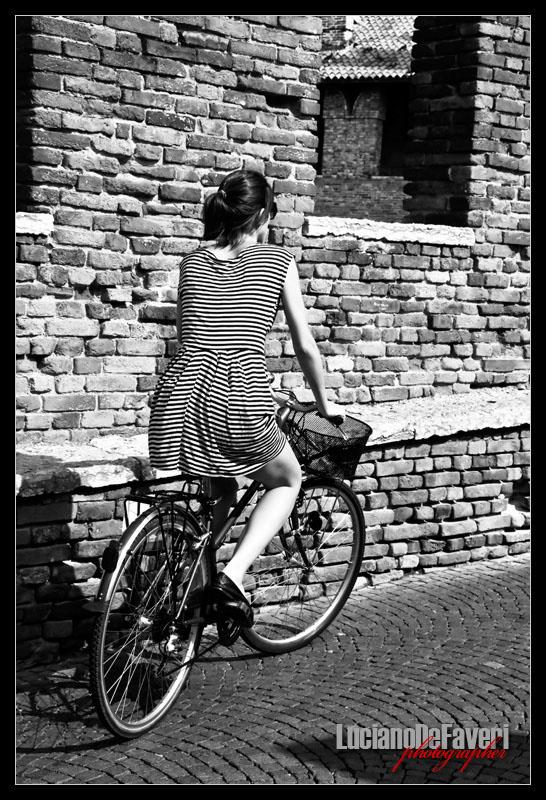 "фото ""Woman in bicycle"" метки: черно-белые,"