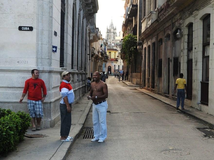 "photo ""La Habana Vieja. Los hombres hablan."" tags: travel, portrait, man"