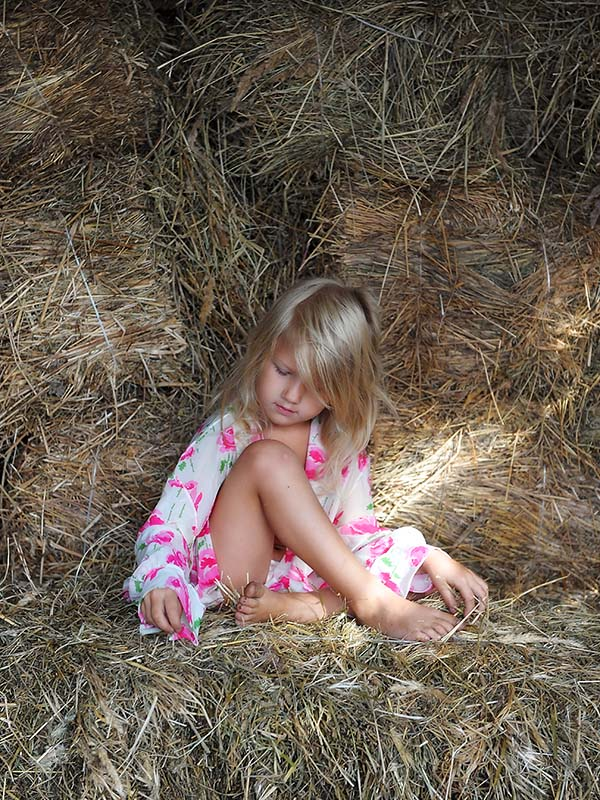 "photo ""The girl in a haystack"" tags: genre,"