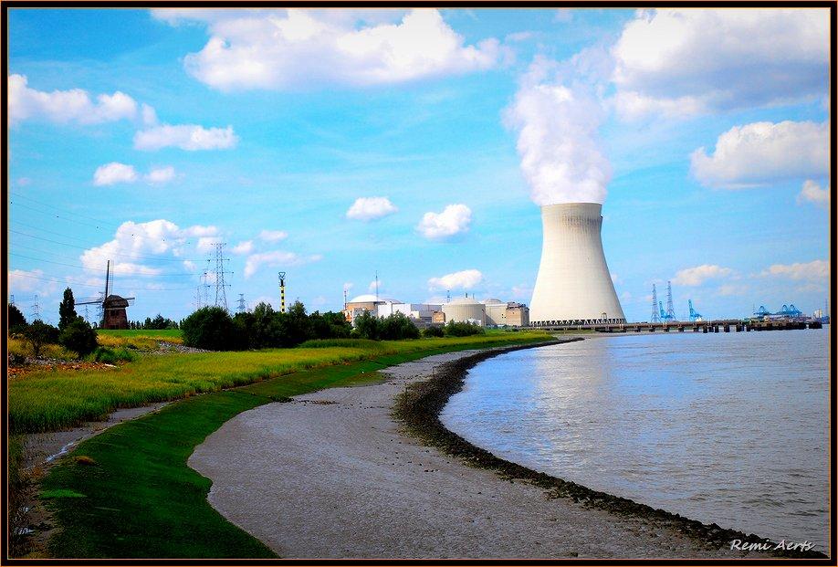 """фото """"old mill and nuclear power"""" метки: архитектура, пейзаж, облака"""
