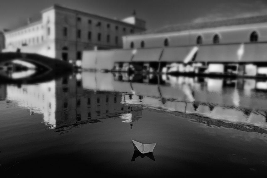"""фото """"Paper Boat"""" метки: черно-белые,"""