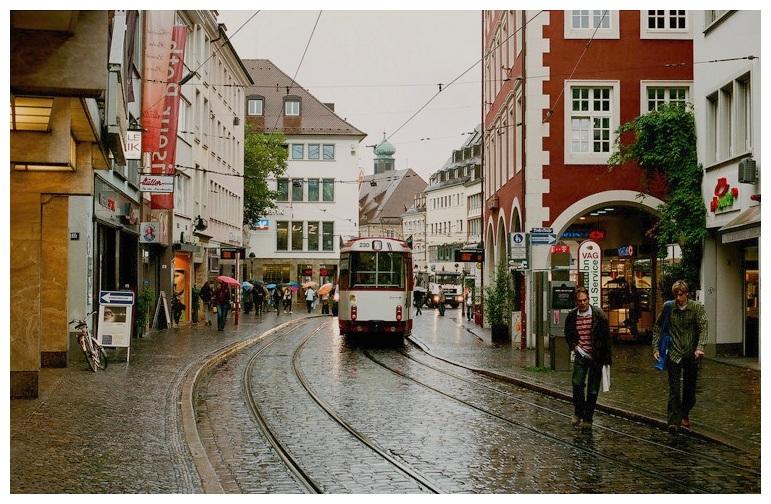 """фото """"Фрайбург. Дождь. Улица с трамваем."""" метки: путешествия, пейзаж, Европа, осень"""