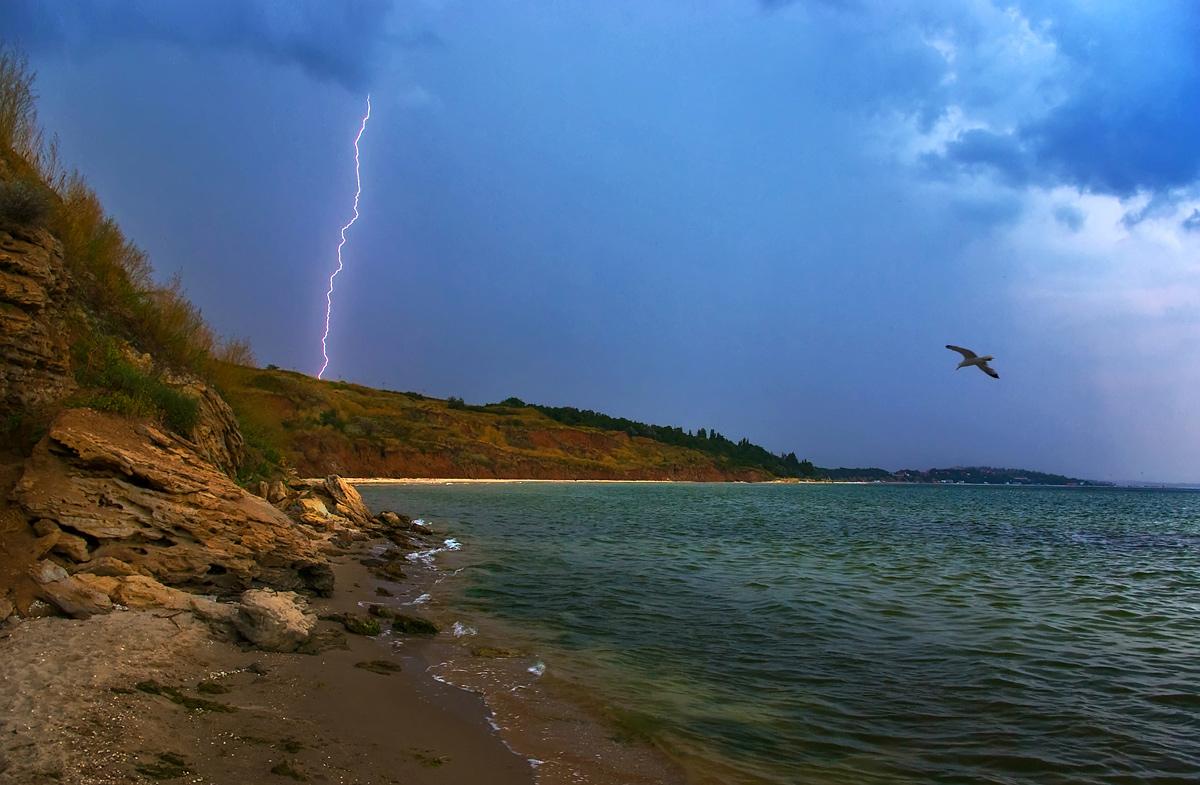море ловит стрелы молний и в своей пучине гасит разобрать как часть речи