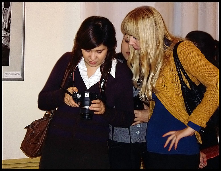 "photo ""Fotografins (girl photographers)"" tags: genre,"