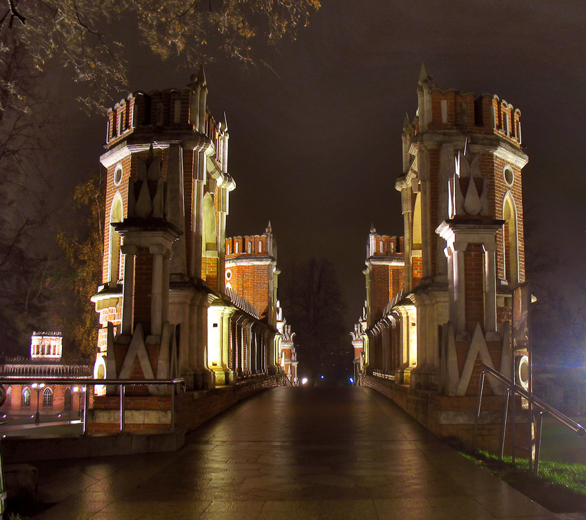"photo ""Eyes in the Dark. Tsaritsyno"" tags: architecture, landscape, autumn"
