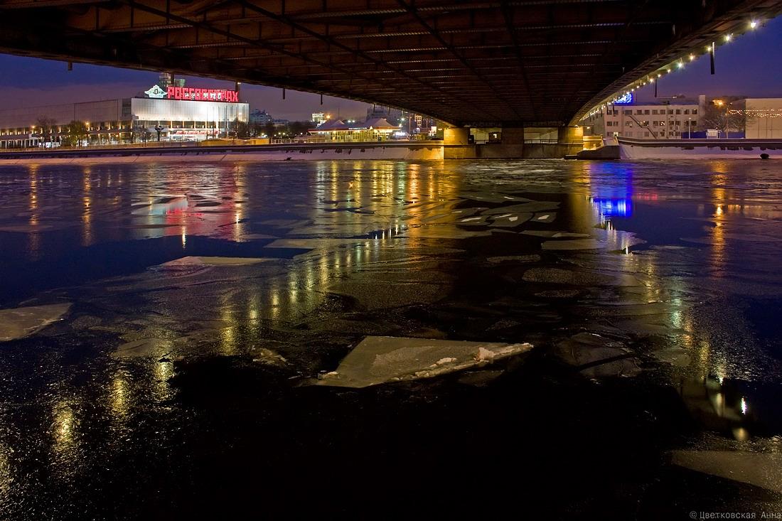 """фото """"под мостом"""" метки: город, Москва, вода, мост, ночь, отражения, река"""