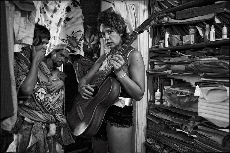 "фото ""The Limits of Control. Предел Контроля: Гитара Найдёт Тебя!"" метки: жанр, черно-белые,"