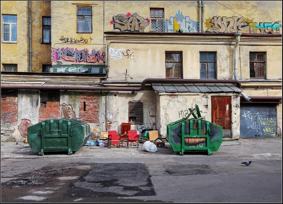 "photo ""Yard"" tags: city, genre,"