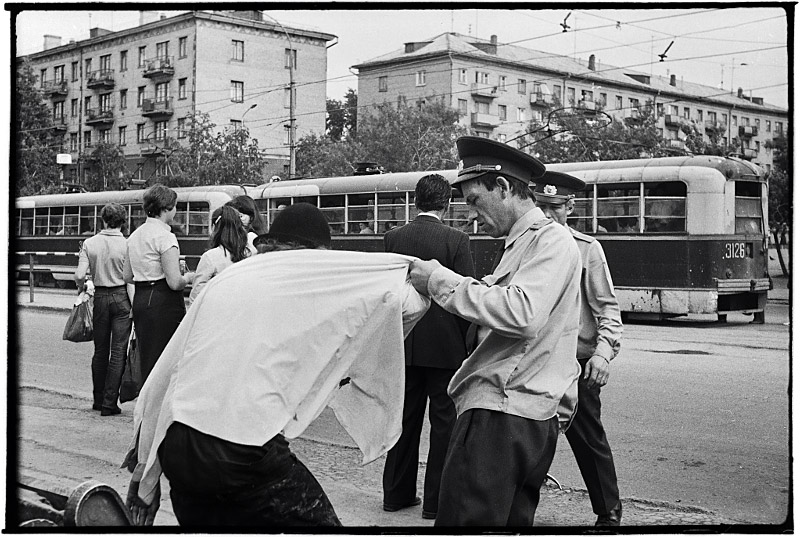 "photo ""Disturber Arresting (Арест Нарушителя, 1983)"" tags: genre, black&white,"