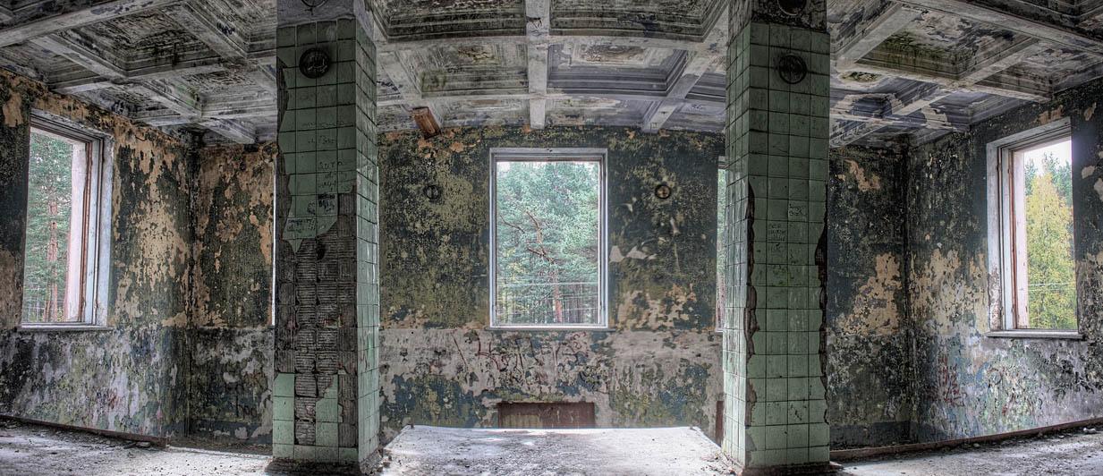 "photo ""bath"" tags: panoramic, interior, misc., апокалипсис, баня, колонны, окна, плитка, разруха"