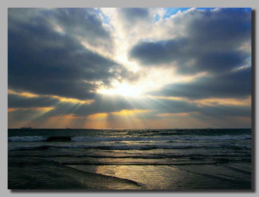"фото ""Сквозь тучи к морю"" метки: пейзаж, облака"