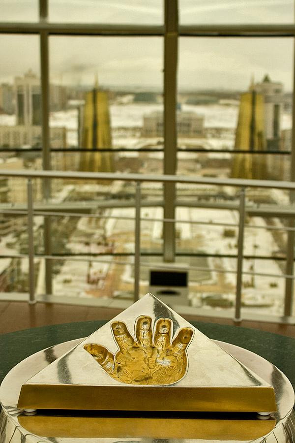 """фото """"Тоталиторизм...Отпечаток правой руки Назарбаева на фоне его резиденции и это 21 век..."""" метки: пейзаж,"""
