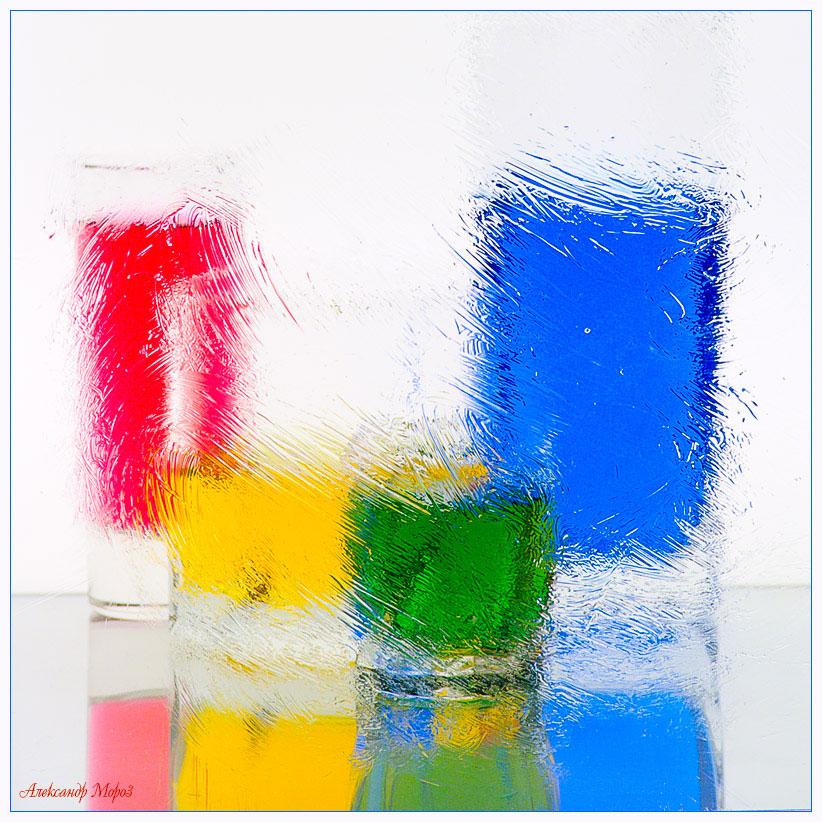 """photo """"стекло посуда стаканы бокалы вода свет тень красный белый зеленый синий желтый"""" tags: still life,"""