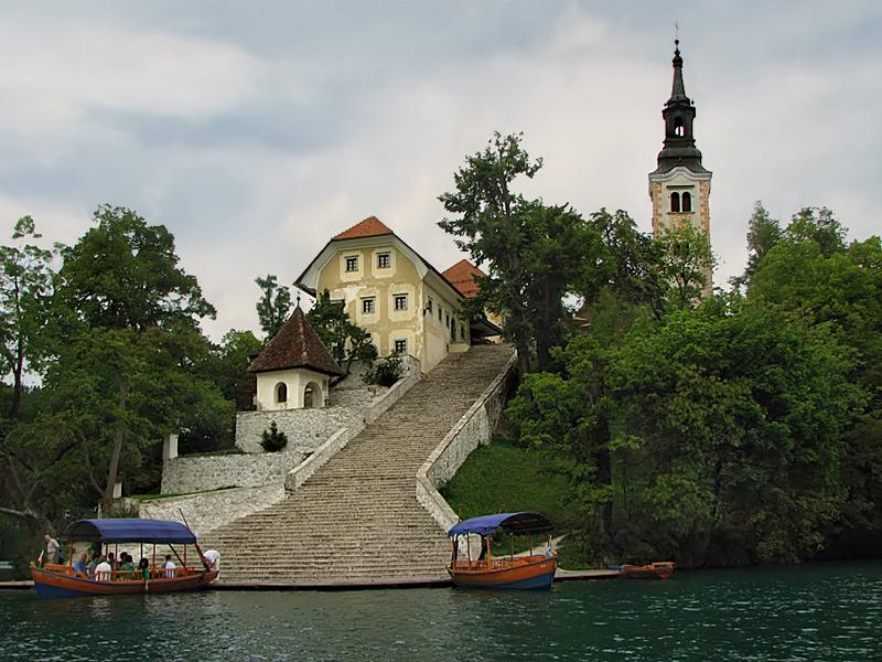 "фото ""Озеро Блед, экскурсионные лодки"" метки: архитектура, путешествия, пейзаж, Европа"