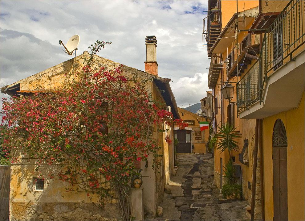 "фото ""Улочка с цветущим олеандром"" метки: архитектура, путешествия, пейзаж, Европа"