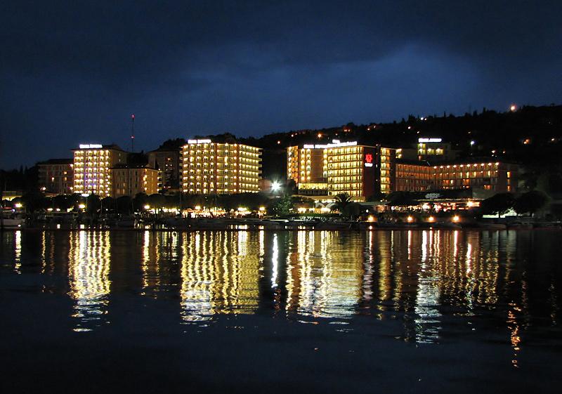 """фото """"Огни отелей Порторожа"""" метки: путешествия, пейзаж, Европа, ночь"""