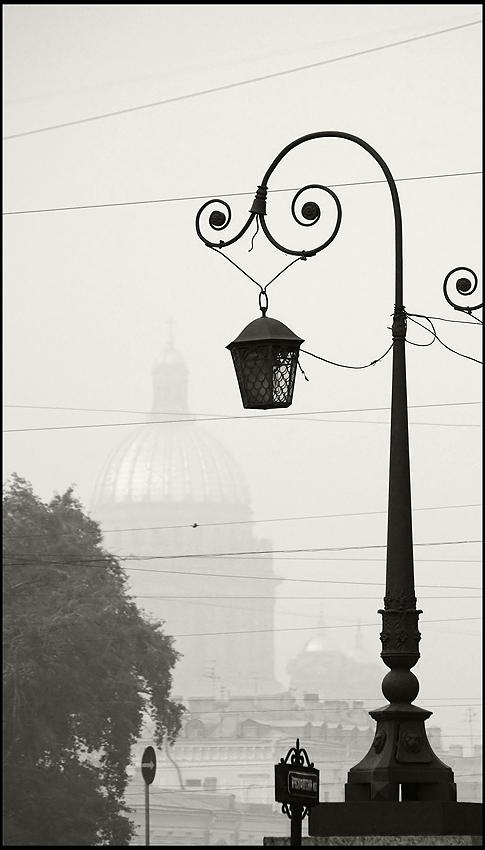 """фото """"Городской этюд с дымом, куполом и фонарем"""" метки: город, черно-белые,"""