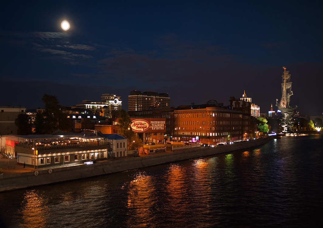 "фото ""Луна над городом"" метки: архитектура, город, пейзаж,"