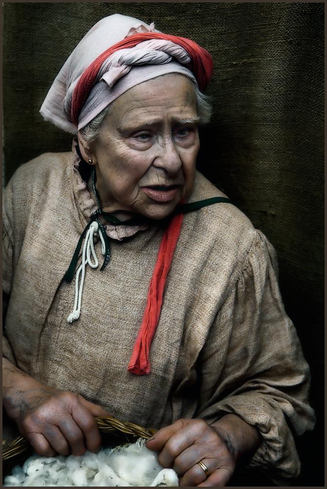 "фото ""Old woman with wool"" метки: портрет, женщина"