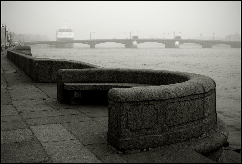 """фото """"Городской этюд с дымом на набережной"""" метки: город, черно-белые,"""