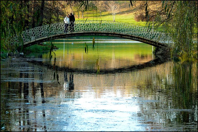 "фото ""Bridge lovers / Мост любителей"" метки: пейзаж, люди, мост, озеро, осень, отражения"