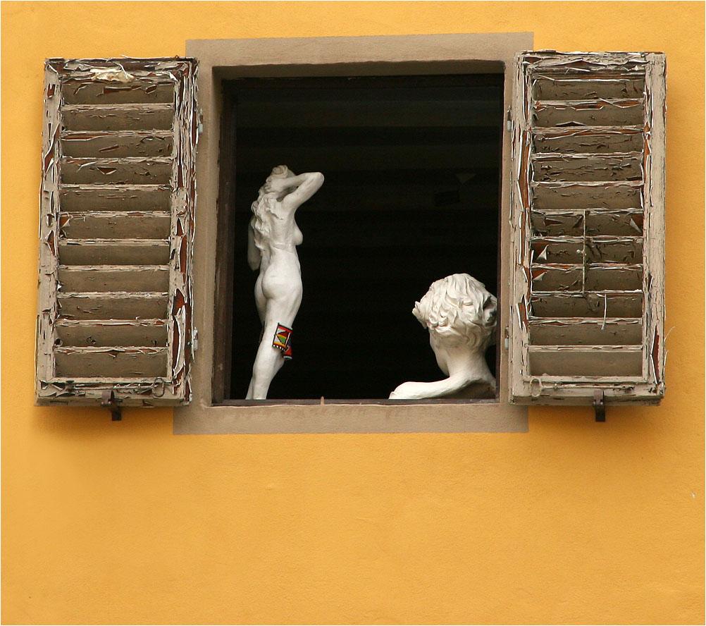 "photo ""Artist's window"" tags: city, travel,"