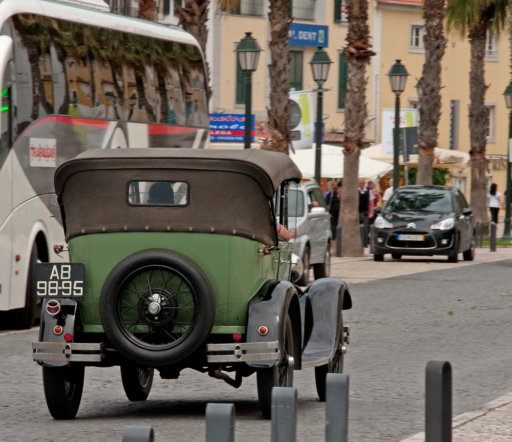 "photo ""VINTAGE CAR"" tags: reporting, city,"