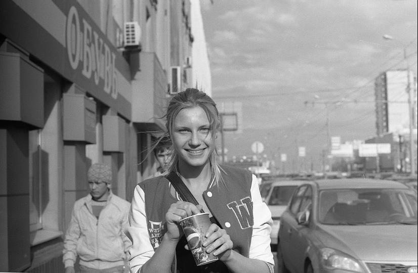 """photo """"девушка со стаканчиком и застенчивые сверстники"""" tags: portrait, black&white, woman"""