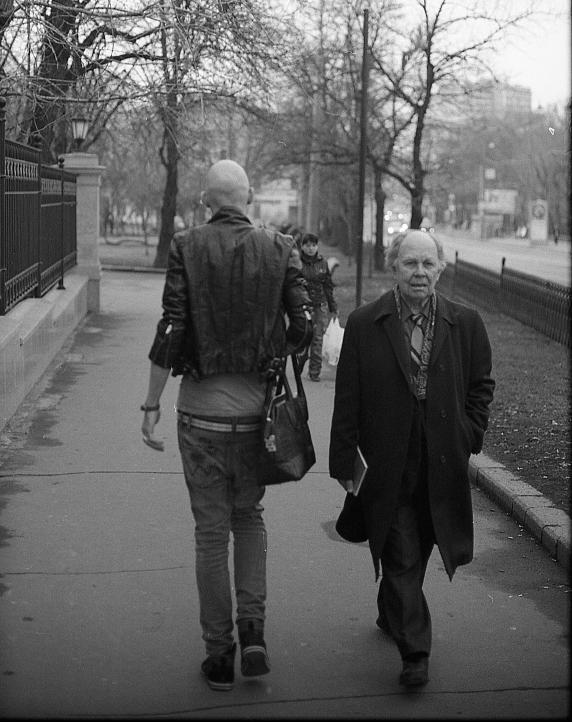 """фото """"generation GAP"""" метки: черно-белые, город,"""