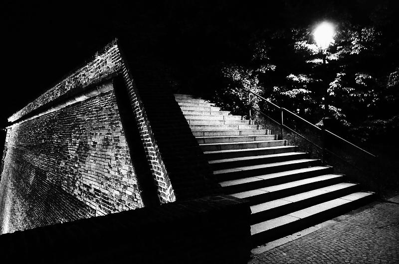 """фото """"Hочной крепостная стена и лестница"""" метки: черно-белые,"""