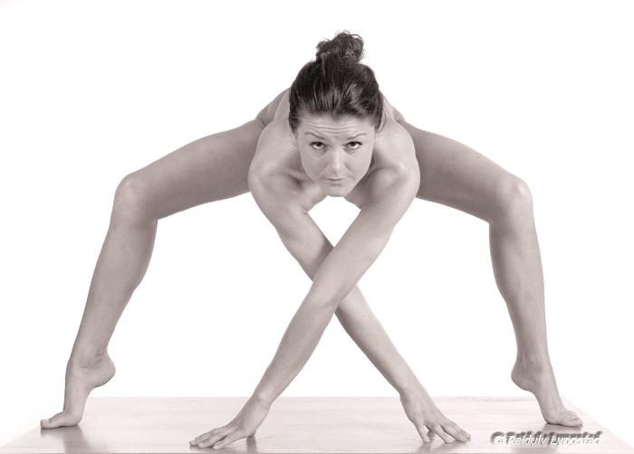 "photo ""A pose"" tags: nude, portrait, woman"