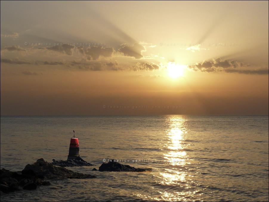 "фото ""Looking the lighthouse"" метки: пейзаж, вода"