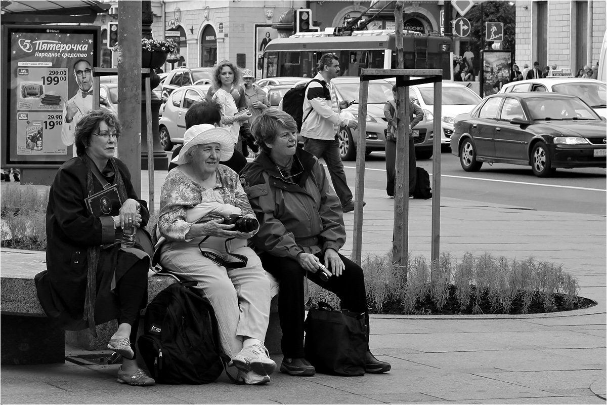 "photo ""Ladies-PhotoHunters"" tags: street, genre, black&white,"