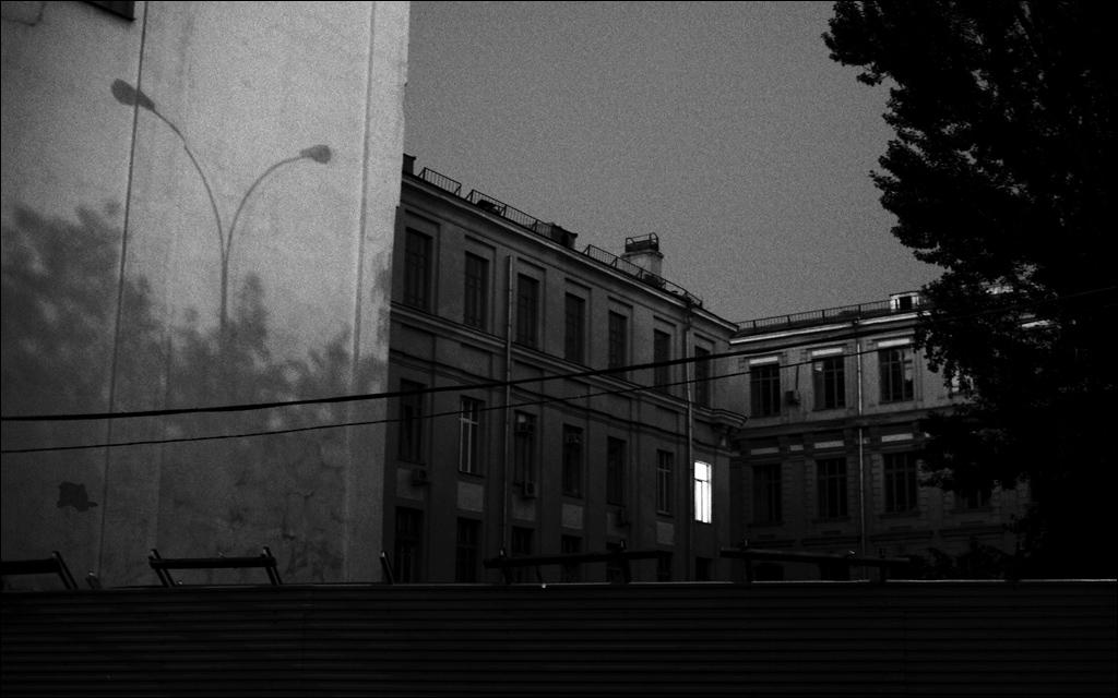 """фото """"Свет одного окна"""" метки: город, черно-белые,"""