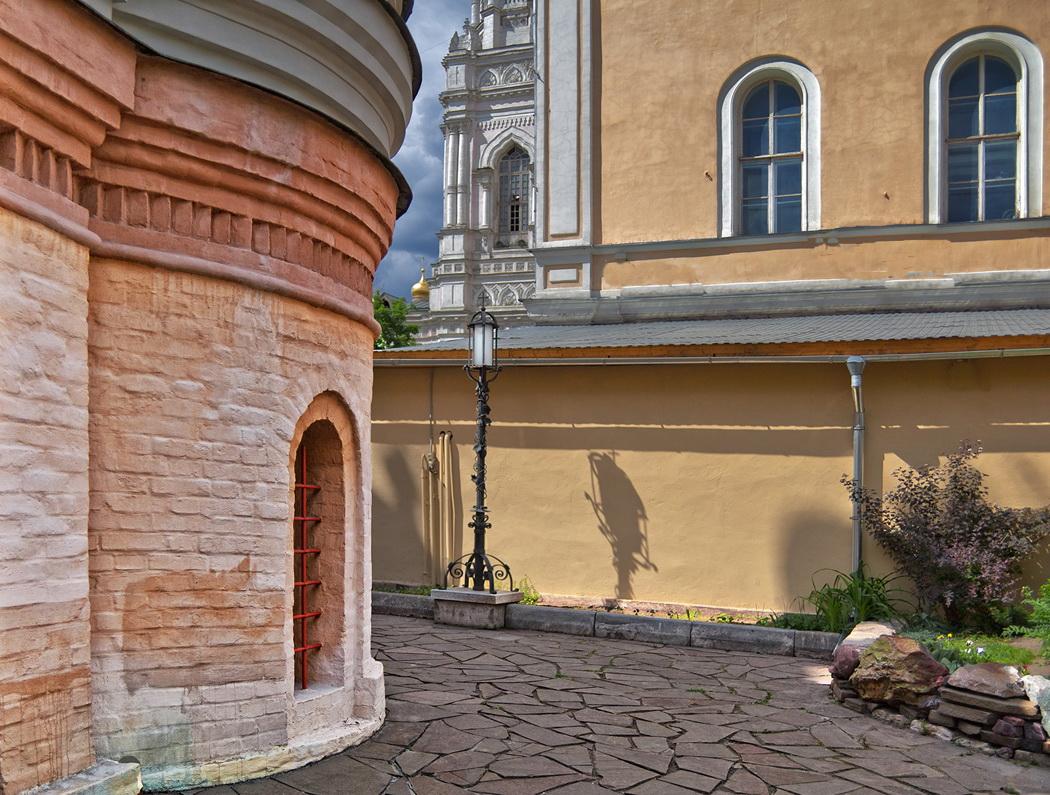 """фото """"Церковный дворик, фонарь и тень...."""" метки: архитектура, город, пейзаж,"""