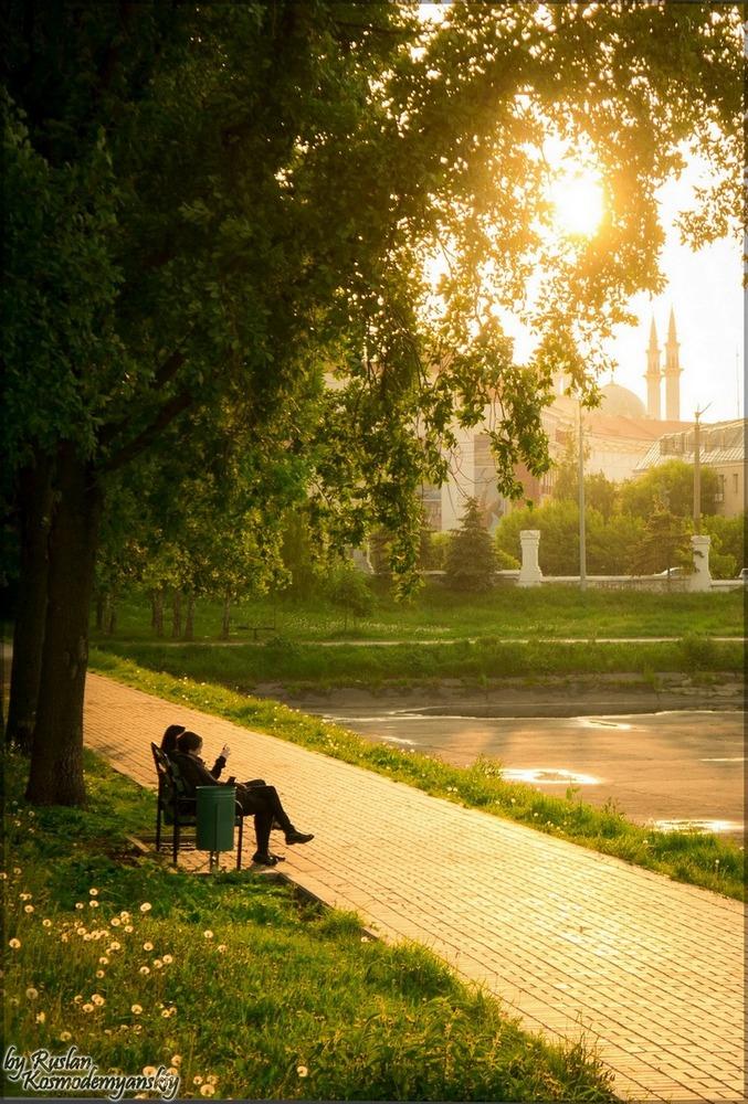 """фото """"Солнце, нежно пробиваясь сквозь листву, классическую сцену в парке освещает"""" метки: пейзаж, город, лето"""