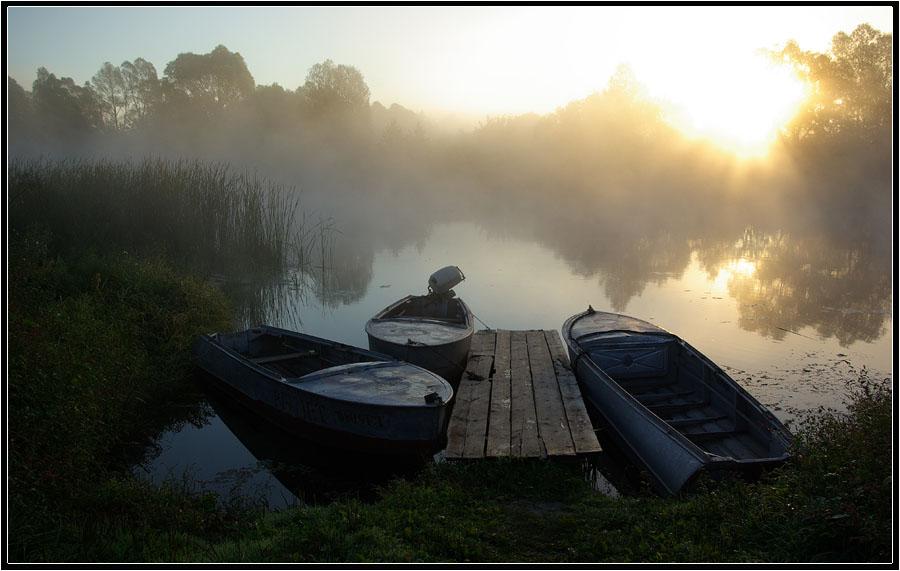 Лодка на берегу реки утро