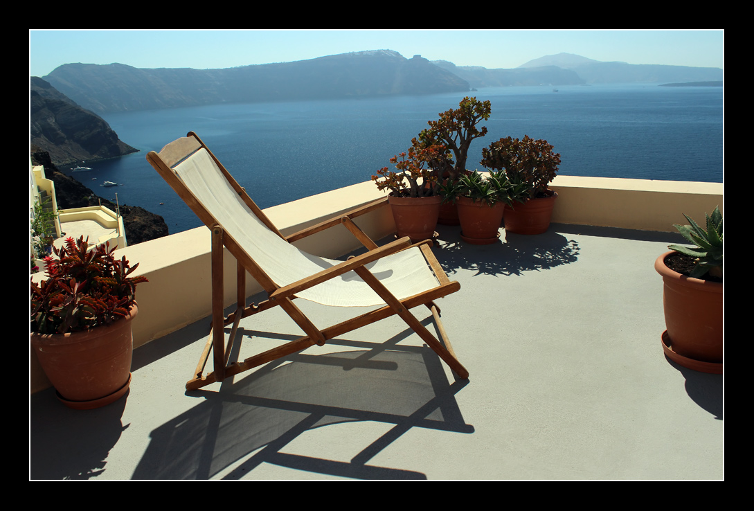 """фото """"Кресло для релаксации"""" метки: пейзаж, путешествия, Греция, Европа, Санторини, вода, кресло, море, скалы, шезлонг"""