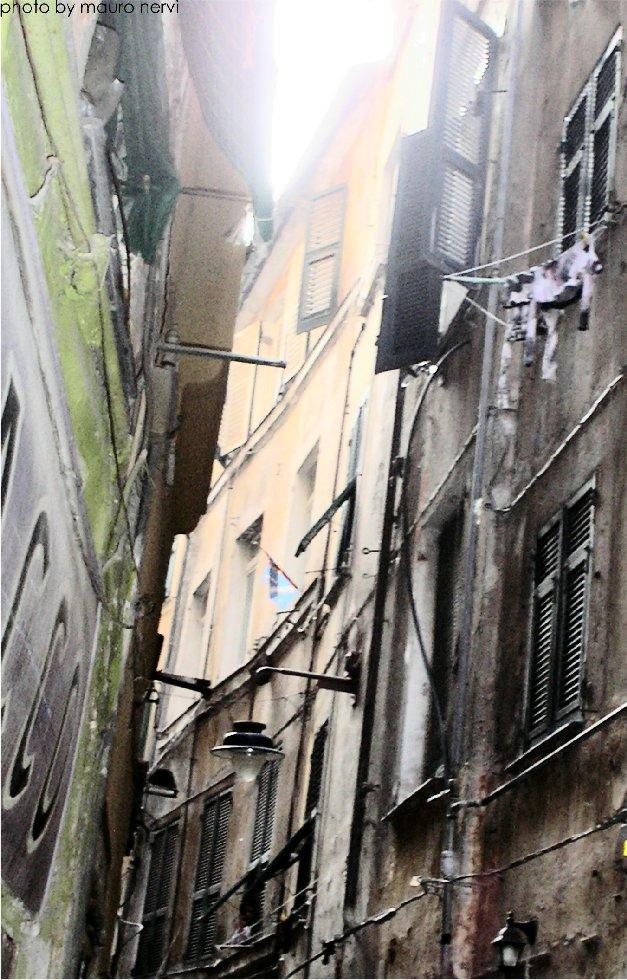 """photo """"Genoa, ancient lanes named """"caruggi"""""""" tags: reporting,"""