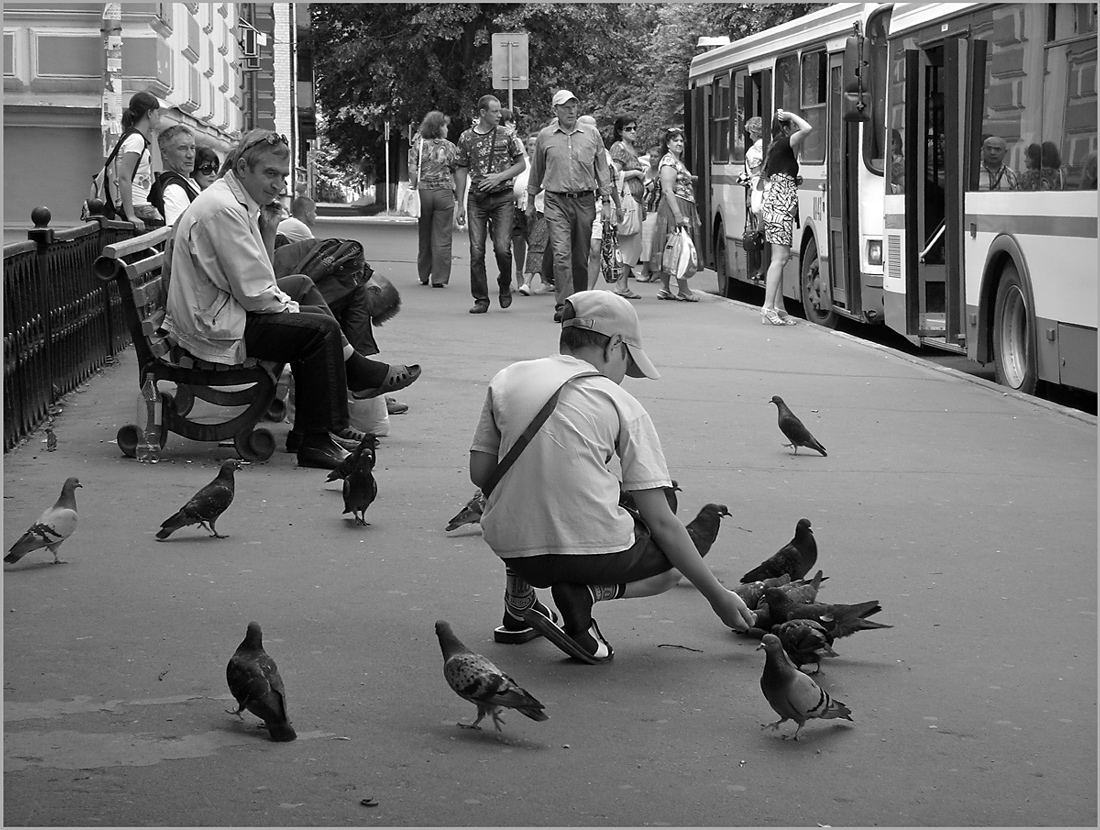 "фото ""На остановке"" метки: жанр, стрит-фото, черно-белые,"