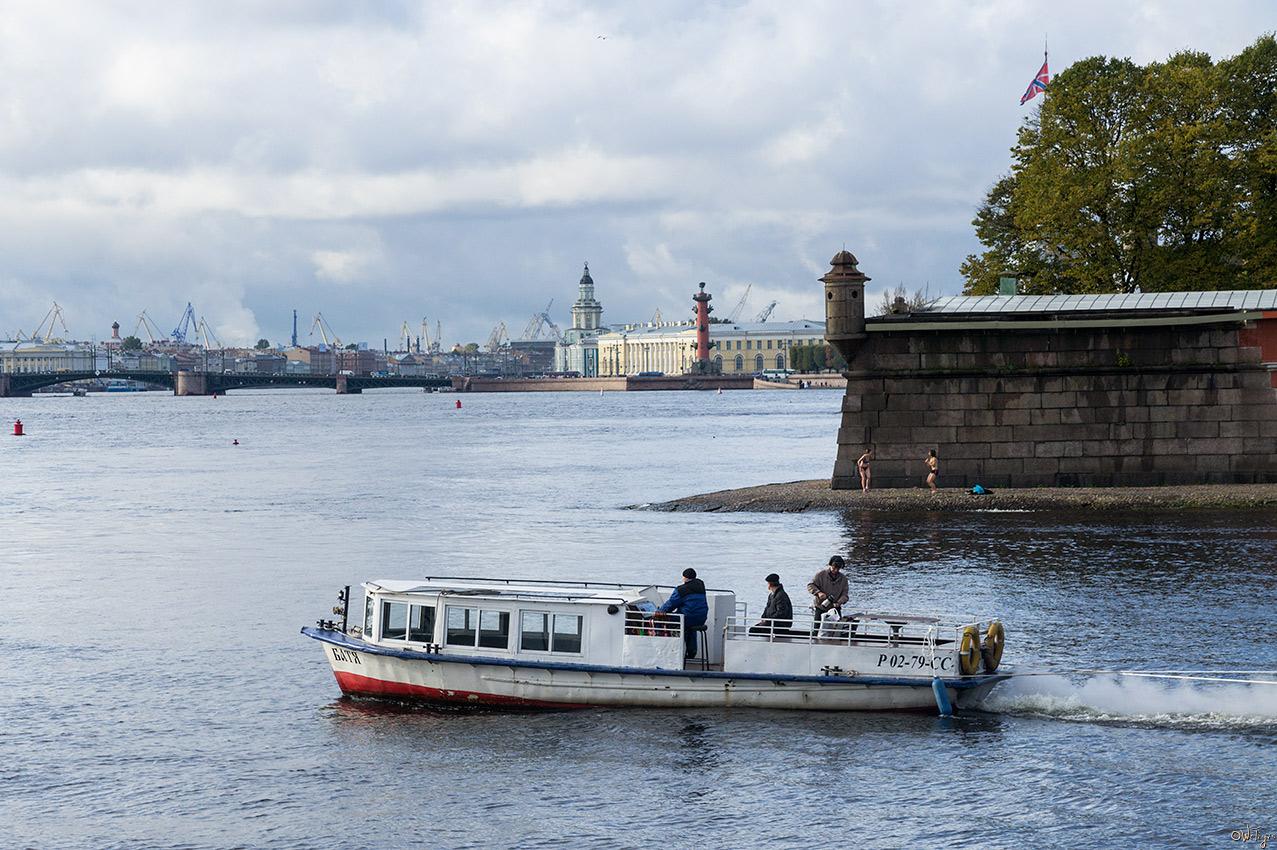 "фото """"Батя"" и моржи"" метки: стрит-фото, город, архитектура, вода, здание, облака, осень, река"